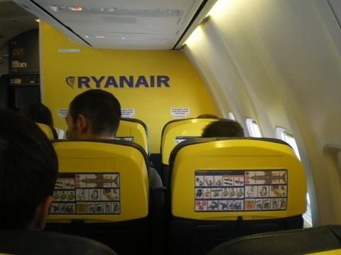 Cabina de un Boeing 737-800 de la compañía Ryanair. © B.B